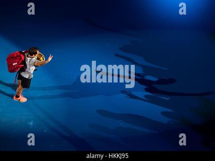 Melbourne, Australie. 29 janvier, 2017. La Suisse de Roger Federer quitte le terrain avec son trophée après la cérémonie Banque D'Images