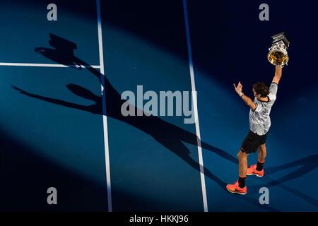 Melbourne, Australie. 29 janvier, 2017. La Suisse de Roger Federer célèbre avec son trophée lors de la cérémonie Banque D'Images