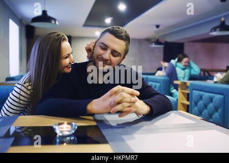 Deux personnes dans le café appréciant les dépenses de temps les uns avec les autres. Tonique. Focus sélectif. Banque D'Images