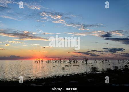 Coucher du soleil sur le lac Menindee, New South Wales, Australie