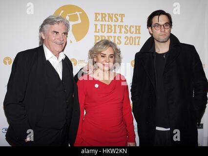 Berlin, Allemagne. 29 janvier, 2017. L'acteur Peter Simonischek, sa femme Brigitte Karner et fils Max arrivent à la cérémonie de remise des prix de l'Ernst Lubitsch Award au cinéma Babylon à Berlin, Allemagne, 29 janvier 2017. Photo: XAMAX/dpa/Alamy Live News