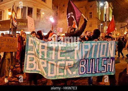 Brighton, UK. 30 janvier, 2017. Des milliers de personnes dans les rues de Brighton qu'ils prennent part à une Anti Banque D'Images