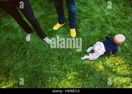 Baby Boy de ramper sur l'herbe verte. Banque D'Images