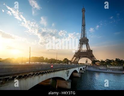 La Tour Eiffel et le pont Iena sur la Seine à Paris, France Banque D'Images