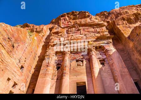 Tombeau Royal Arch Rock Petra Jordanie. Construit par l'Nabataens en 200 avant JC à 400 après JC. À l'intérieur des tombes, le rouge, orange, blanc, bleu des plafonds