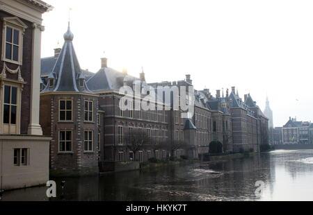 Het Binnenhof avec Torentje (petite tour), des bureaux de Premier ministre néerlandais Mark Rutte, La Haye (Den Banque D'Images