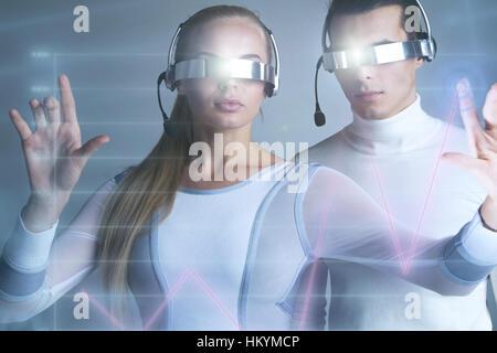 Les gens à lunettes vr touchant un graphique indiquant la croissance sur l'écran virtuel,