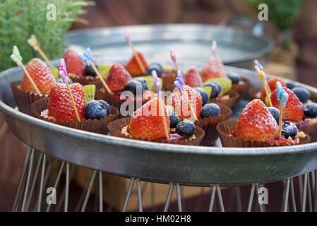 Tartelette de fruits frais, fraise, bleuet et kiwi servi sur la table décorée Banque D'Images