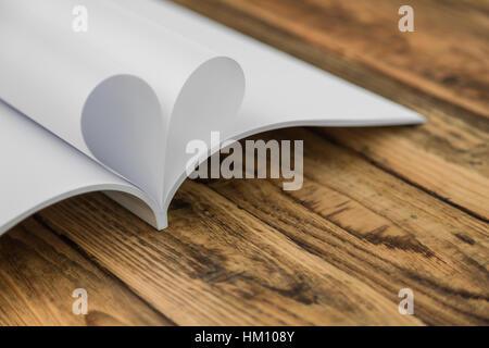 Réservez avec ouvert pages de forme de coeur Banque D'Images