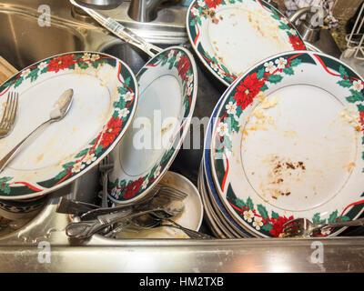 Pile de vaisselle sale dans le lavabo Banque D'Images