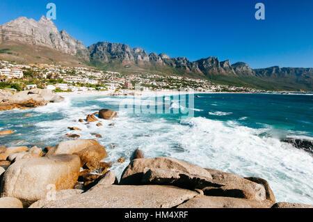 La ligne côtière de camps bay avec les douze apôtre montagnes derrière elle. Camps Bay est l'une des plus exclusive Banque D'Images