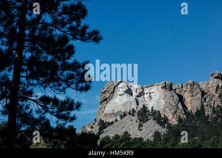 Vue sur le Mont Rushmore national monument contre le ciel bleu