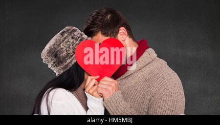 Couple romantique cacher leur visage derrière coeur Banque D'Images