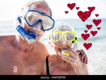 Coeurs rouges et happy senior couple scuba diving Banque D'Images
