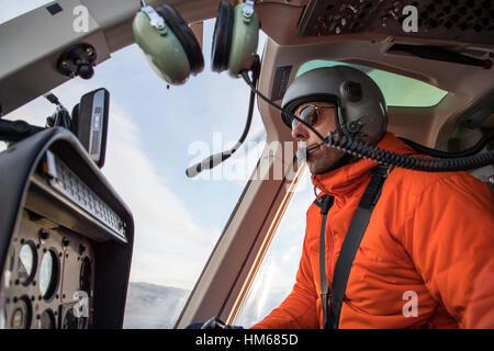 Le pilote d'hélicoptère survolant Esplanade Plage; sous-plage de chaîne Selkirk; British Columbia, Canada Banque D'Images