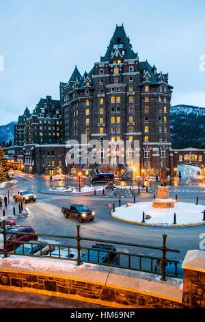 Crépuscule view of historic Fairmont Banff Springs Hotel; c 1888 - Banff, Alberta, Canada. 'Château' dans les Rocheuses Banque D'Images