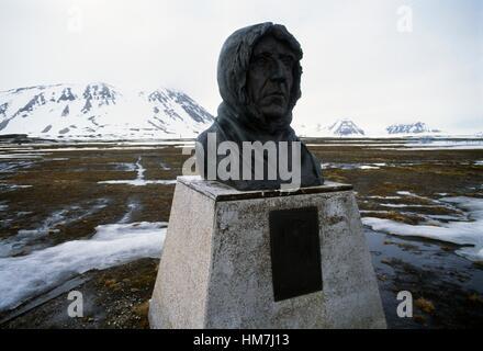 Buste de l'explorateur polaire norvégien Roald Amundsen (1872-1928), l'île de Spitsbergen, Ny-Alesund, Svalbard, Banque D'Images