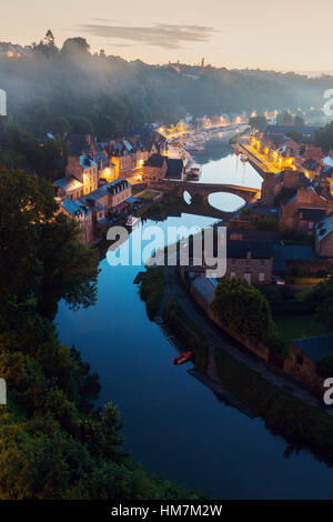 France, Bretagne, Dinan, paysage urbain avec rivière à l'aube Banque D'Images