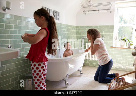 Avoir des enfants et se brosser les dents dans la salle de bains Banque D'Images