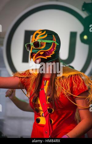 Femme sur scène avec masque de visage