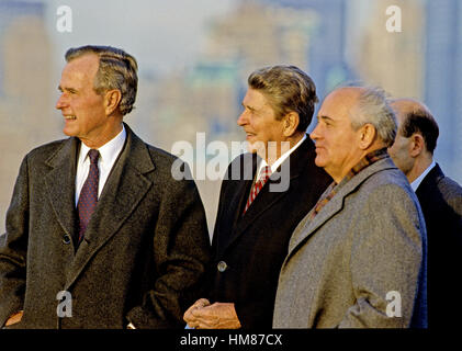 Le président élu des États-Unis George H. W. Bush, à gauche, et le président américain Ronald Reagan, le centre, Banque D'Images