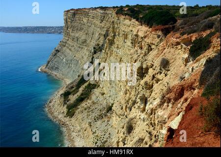 L'Europe, Portugal, Algarve, Lagos, sentiers de marche sur de hautes falaises de Porto de Mos à Luz, Luz en fond Banque D'Images