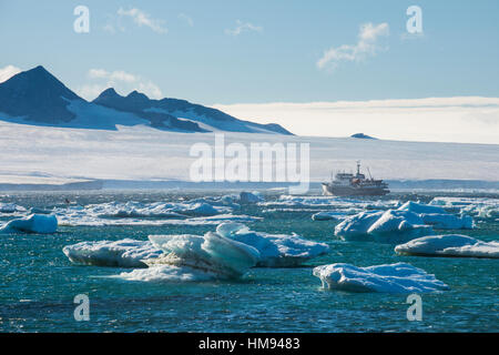 Bateau de croisière derrière les icebergs, Brown Bluff, péninsule Tabarin, Antarctique, les régions polaires Banque D'Images