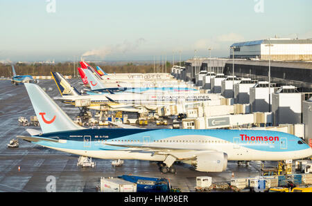 Vue sur plans (y compris Virgin Atlantic, Singapore airlines, Thomson..) à l'aéroport de Manchester la borne 2. Banque D'Images