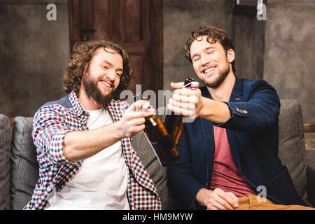 Les amis de boire de la bière Banque D'Images