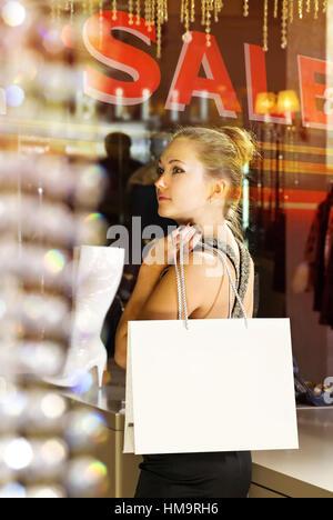 Belle acheteur avec fawny sac dans la boutique Banque D'Images