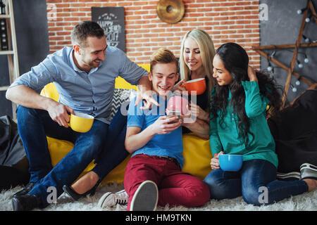 Portrait de groupe de vieux amis communiquer les uns avec les autres, ami posant sur cafe style urbain, les gens Banque D'Images