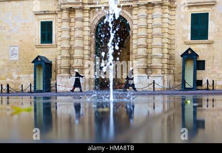 La Valette, Malte. 2e Février, 2017. Deux gardes à pied en face de la porte de la le palais des Grands Maîtres, Banque D'Images