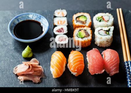 Le saumon et le thon sushi sur la plaque en ardoise noire Banque D'Images