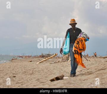 MARINA DI VECCHIANO, ITALIE - Septembre 05, 2014: âge moyen non reconnu homme noir foulards plage boutique de lunettes Banque D'Images