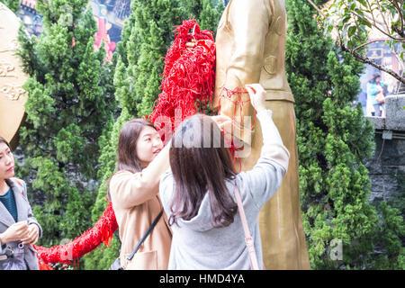 Les jeunes femmes en Sik Sik Yuen Wong Tai Sin temple à hong kong Banque D'Images