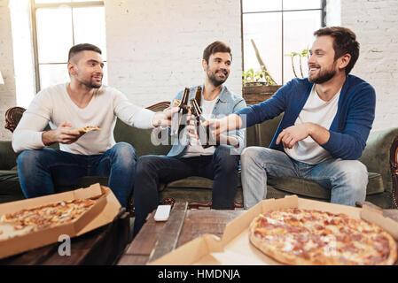 Heureux les hommes de boire une bière agréable Banque D'Images