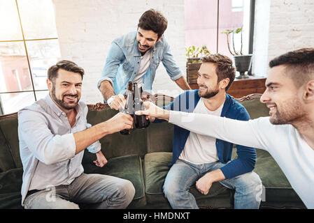 Heureux homme barbu avec ses amis d'encouragement Banque D'Images