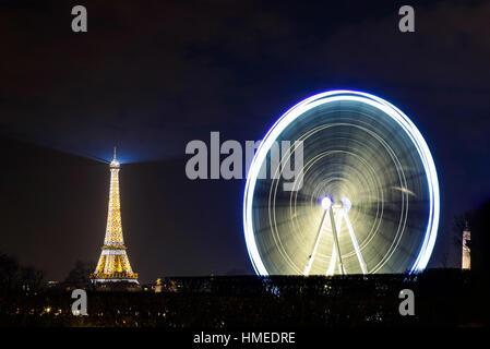 La grande roue sur la place de la Concorde et la tour Eiffel la nuit, France. Avis de l'hôtel Westin Paris - Vendôme. Banque D'Images