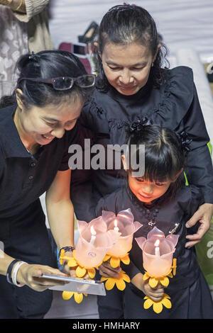 En deuil avec des bougies pour la fin le Roi Bhumibol Adulyadej à Sanam Luang, Grand Palace, Bangkok, Thaïlande