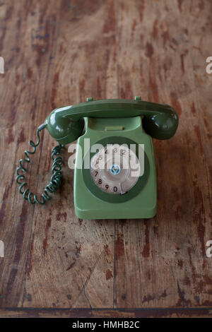 Une ancienne des années 70 deux-tons GPO vert 746 British téléphone avec un cadran rotatif assis sur un bureau en bois. Banque D'Images