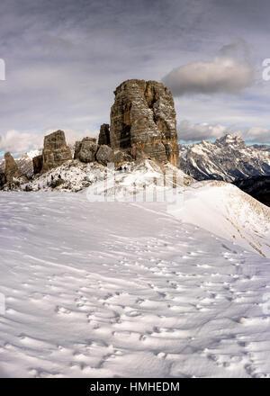 Dolomites italiennes avec Cinque Torri couverte de neige en hiver - Cortina d'ampezzo - Belluno - Veneto - Italie Banque D'Images