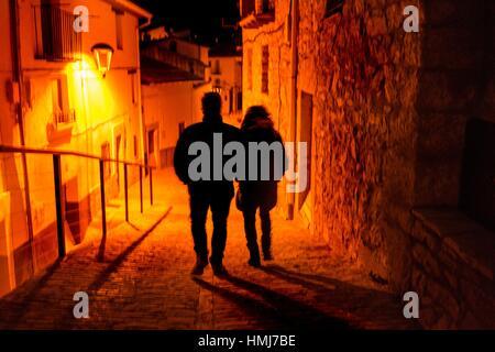 Couple marchant dans Morella, Castellon, Espagne Banque D'Images