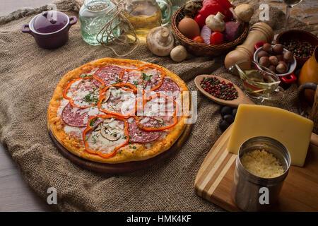 Pizza italien délicieux servi sur le sac Banque D'Images