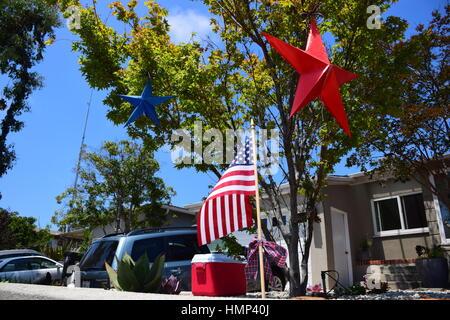 Maison américaine décorées de célébration pour le quatrième de juillet Independence Day Parade avec étoile bleue Banque D'Images