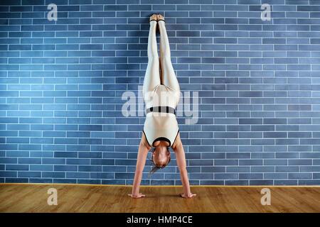 Athlète fille dans wavecrest près de mur de brique à la salle de sport. Une femme faisant Banque D'Images
