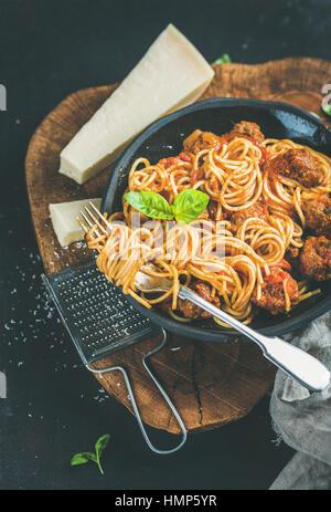 Dîner italien avec meatballas, basilic et parmesan pasta Banque D'Images