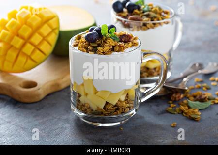 Parfait au yogourt avec granola de mangue sur le dessus en verre mugs Banque D'Images