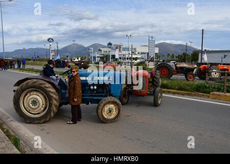 Les agriculteurs et les éleveurs d'Argolide, dans le Péloponnèse, l'est fait un bloc de deux heures de route Corinthe - Argos en hauteur de la rivière Inachos érigée et le blocus des agriculteurs et éleveurs dans la région, dimanche 5 février 2017
