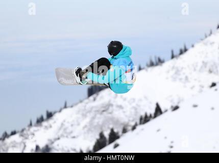 Almaty (Kazakhstan). Feb, 2017 5. Mikhail Matveev de Russie fait concurrence au cours de la finale de Slopestyle Banque D'Images