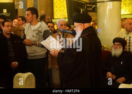 Le Caire, Égypte. Feb, 2017 5. Les chrétiens égyptiens pleurent lors des funérailles d'Demiana Amir, 14 ans, qui Banque D'Images